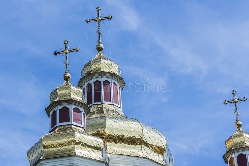 Guld- kupoler och kors av den ortodoxa kyrkan royaltyfria bilder