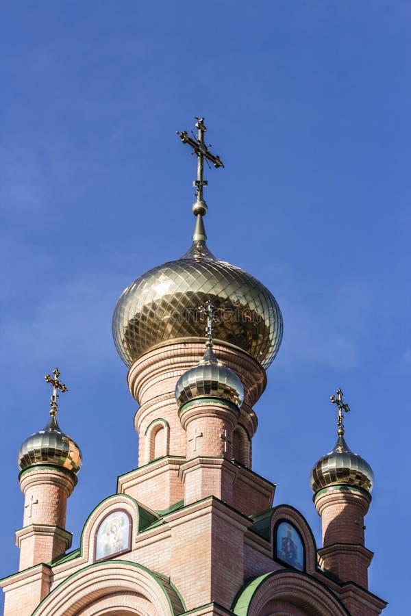 Guld- kupoler och kors av den ortodoxa kyrkan arkivbilder