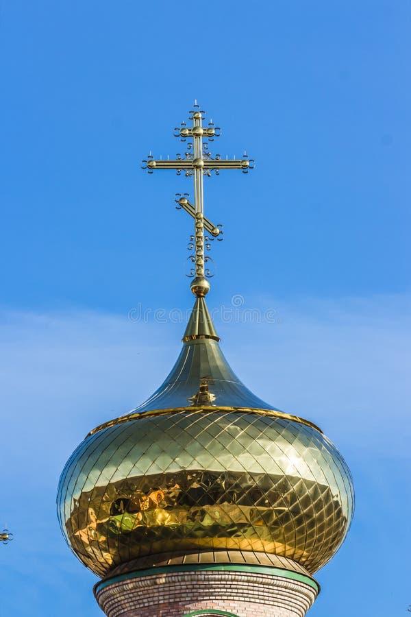 Guld- kupoler och kors av den ortodoxa kyrkan royaltyfria foton