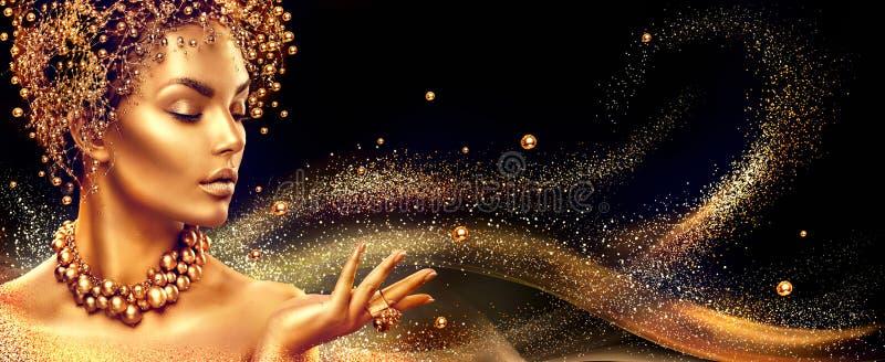 guld- kvinna Flicka för skönhetmodemodell med guld- smink, hår och smycken royaltyfri foto