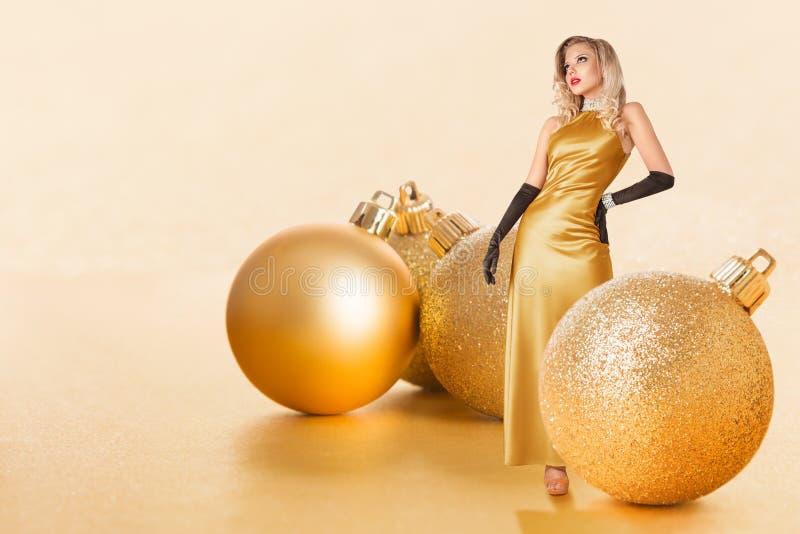guld- kvinnabarn för klänning arkivfoto