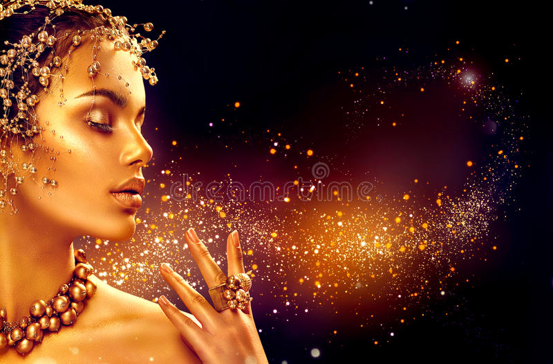 Guld- kvinnahud Flicka för skönhetmodemodell med guld- makeup royaltyfri fotografi