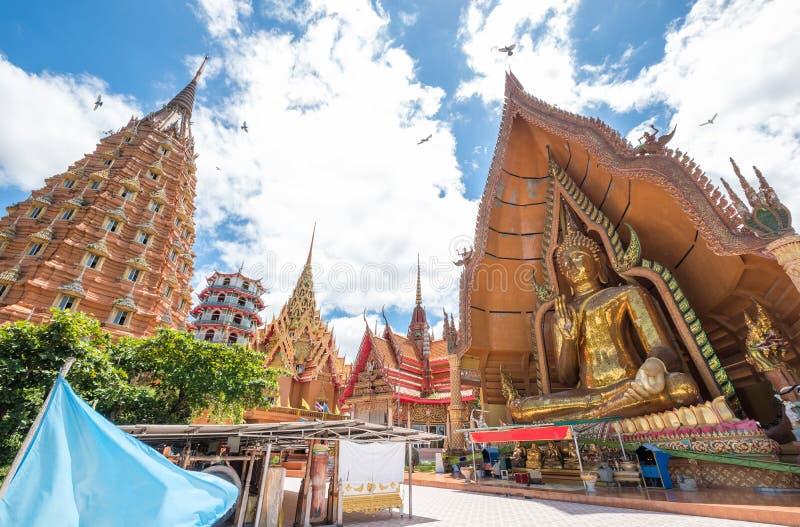 Guld- kyrka för arkitektur med stora buddha och pagod i Wat Tha royaltyfri bild