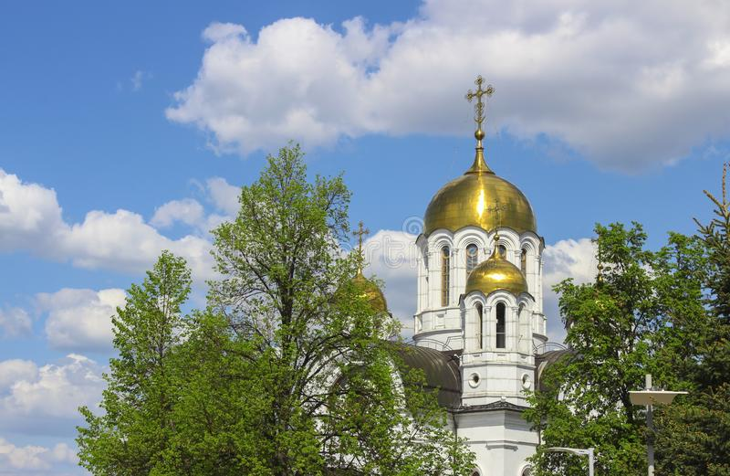 guld- kyrkliga kupoler arkivfoto