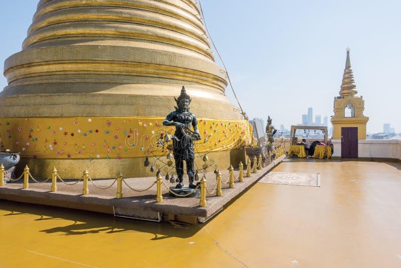 Guld- läderrem för bergphukhao, en forntida pagod på den Wat Saket templet i Bangkok, Thailand royaltyfri foto
