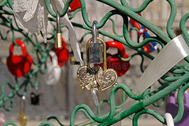Guld- lås i form av hjärta royaltyfria bilder