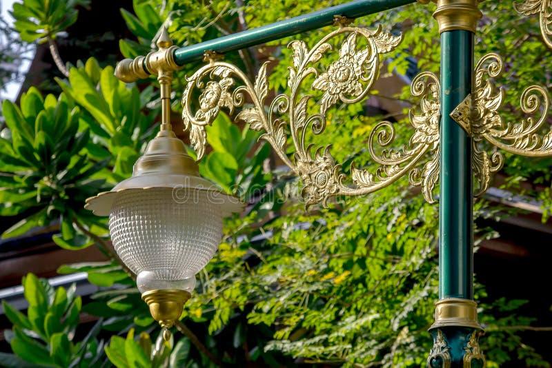 Guld- lampa med den thailändska modellen royaltyfria bilder