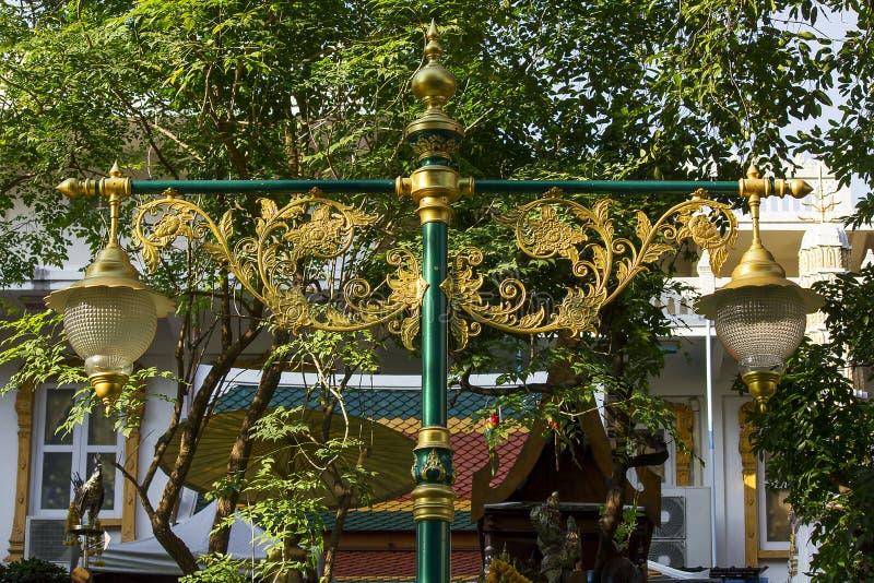 Guld- lampa med den thailändska modellen royaltyfria foton