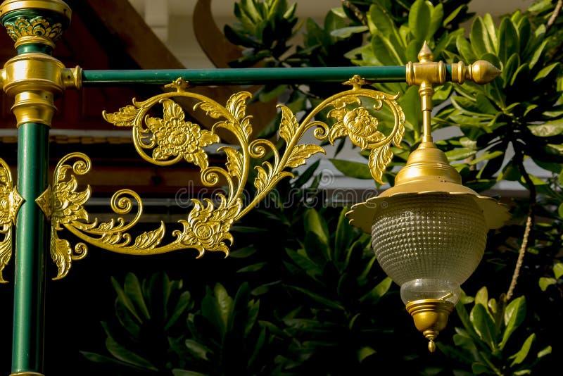 Guld- lampa med den thailändska modellen arkivbild