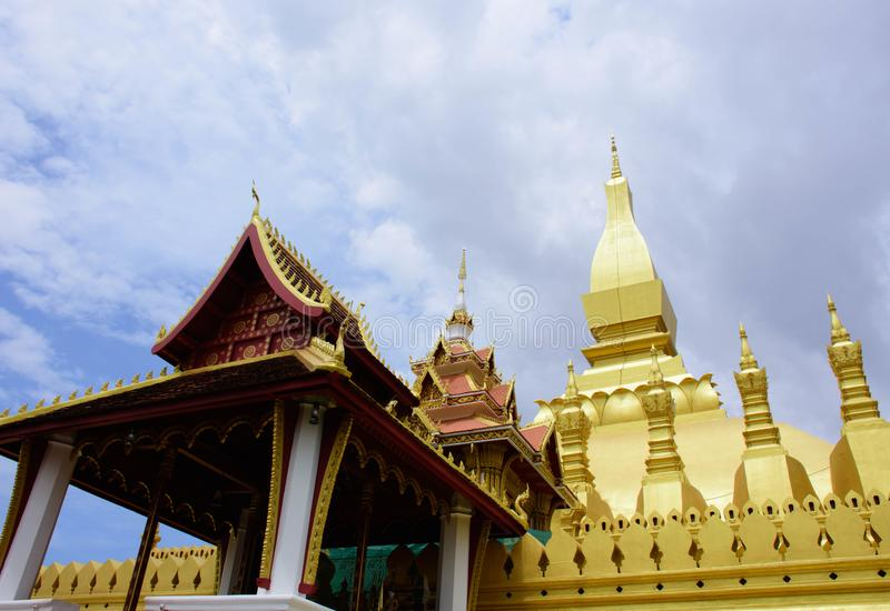 guld- laos pagoda royaltyfri bild