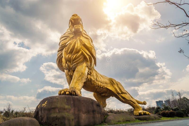 Guld- lejonstaty royaltyfri bild
