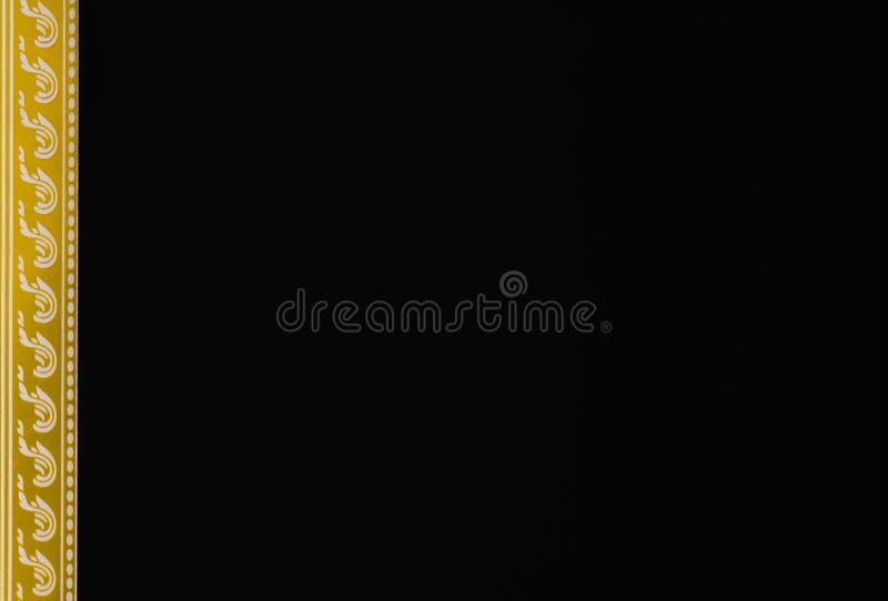Guld- linje svartbakgrund för ram genom att använda som en wallpeperkortattestering arkivbild