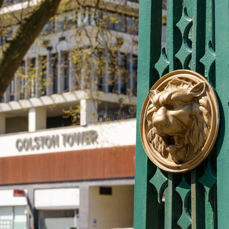 Guld- Lion Head On Lamppost In Bristol City Centre royaltyfria foton