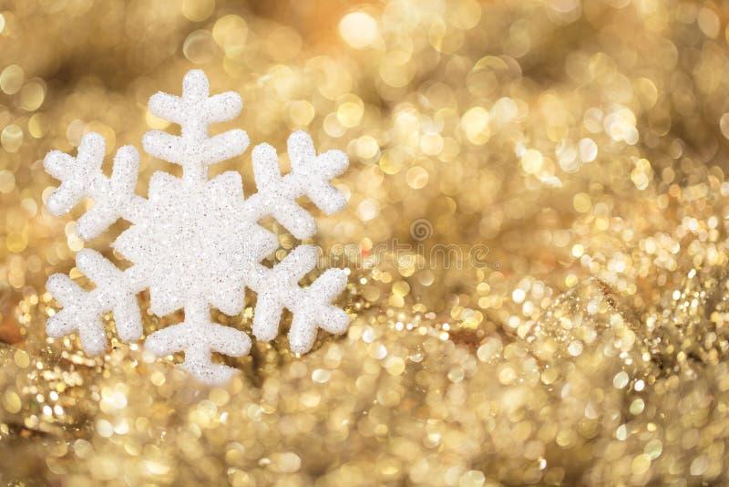 Guld- ljus för snöflinga, guld- julsnöflingagarnering royaltyfri fotografi