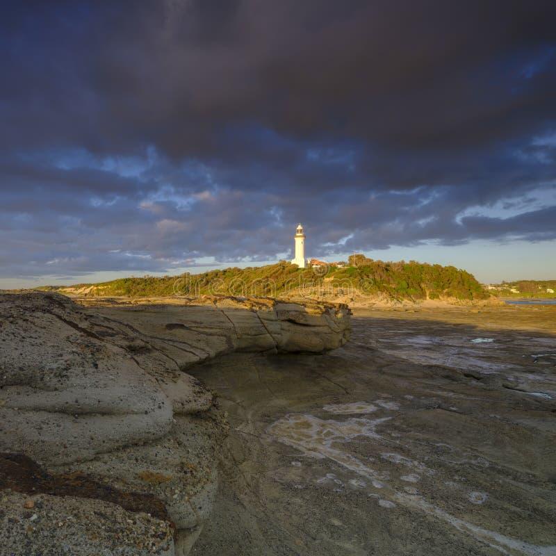 Guld- ljus f?r sommarmorgon p? Norah Head Light House, central kust, NSW, Australien royaltyfria foton
