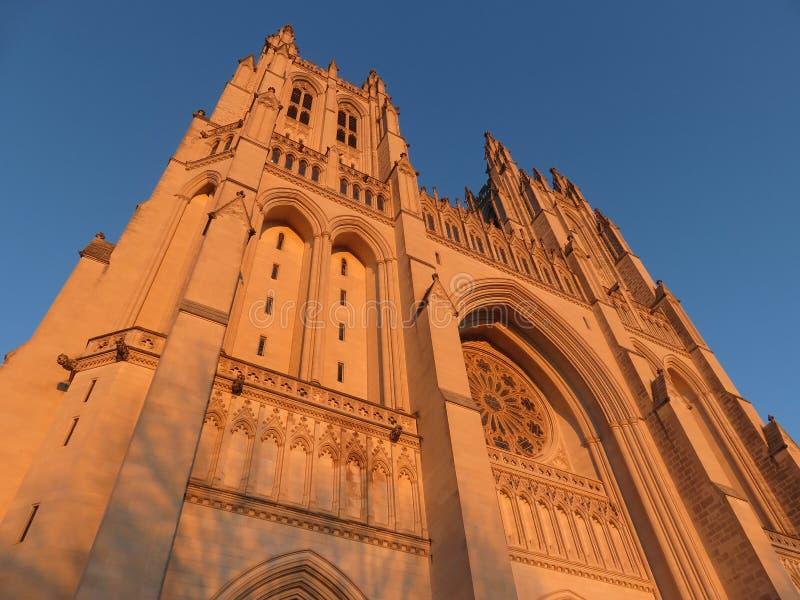 Guld- ljus på den nationella domkyrkan i Washington DC royaltyfria bilder