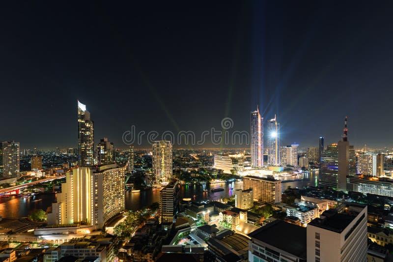Guld- ljusa byggnader i centrum med den Chao Phraya floden i det festliga nya året på Bangkok royaltyfria foton