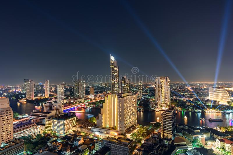 Guld- ljusa byggnader i centrum med den Chao Phraya floden i det festliga nya året på Bangkok arkivfoton
