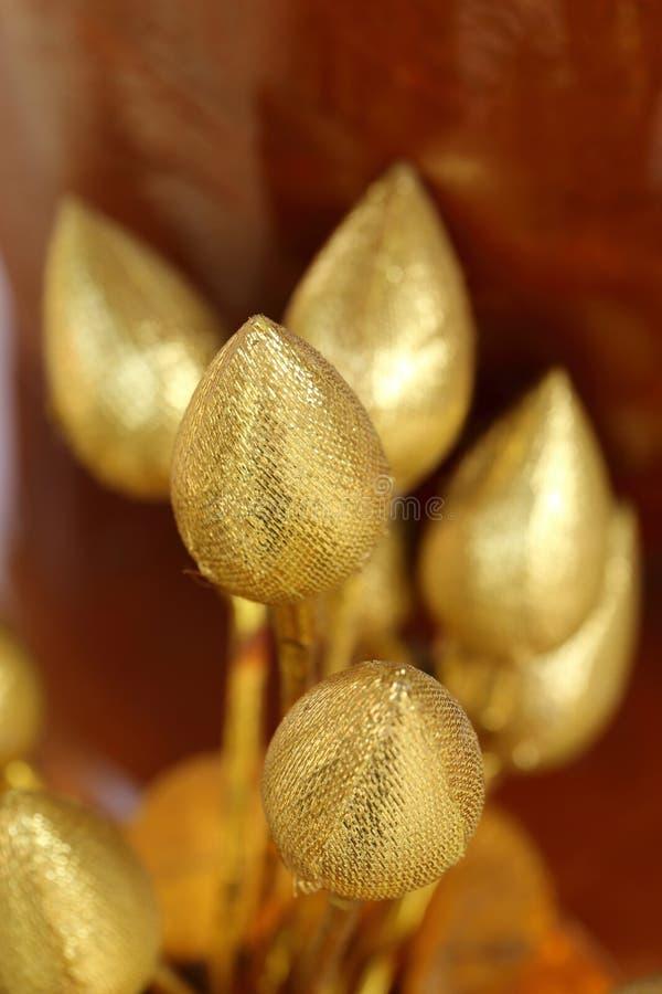 Guld- lotusblomma fejkar blomman för offeringsBuddha i buddistisk religiös ceremoni fotografering för bildbyråer