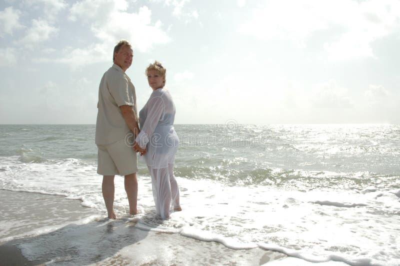 guld- lyckligt för par royaltyfri bild