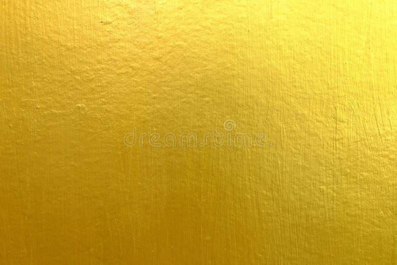 Guld- målarfärg på betongväggen arkivbild