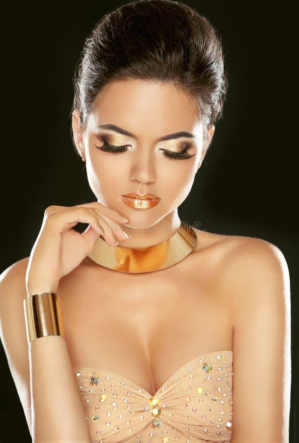 guld- makeup Härlig ung flicka för mode i lyxig beiga D royaltyfri foto