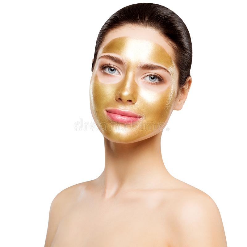 Guld- maskering för kvinna, härlig modell med den guld- ansikts- hudskönhetsmedlet, skönhet Skincare och behandling arkivbild