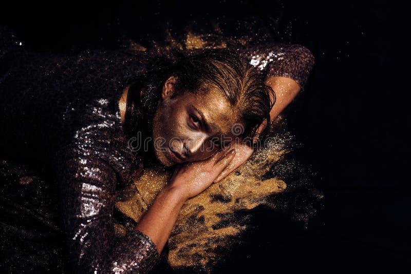 guld- maskering Lyxigt sk?nhettillv?gag?ngss?tt ren guld Guld- koppla av f?r dam Vogue och glamourbegrepp Attraktiv kvinna fotografering för bildbyråer