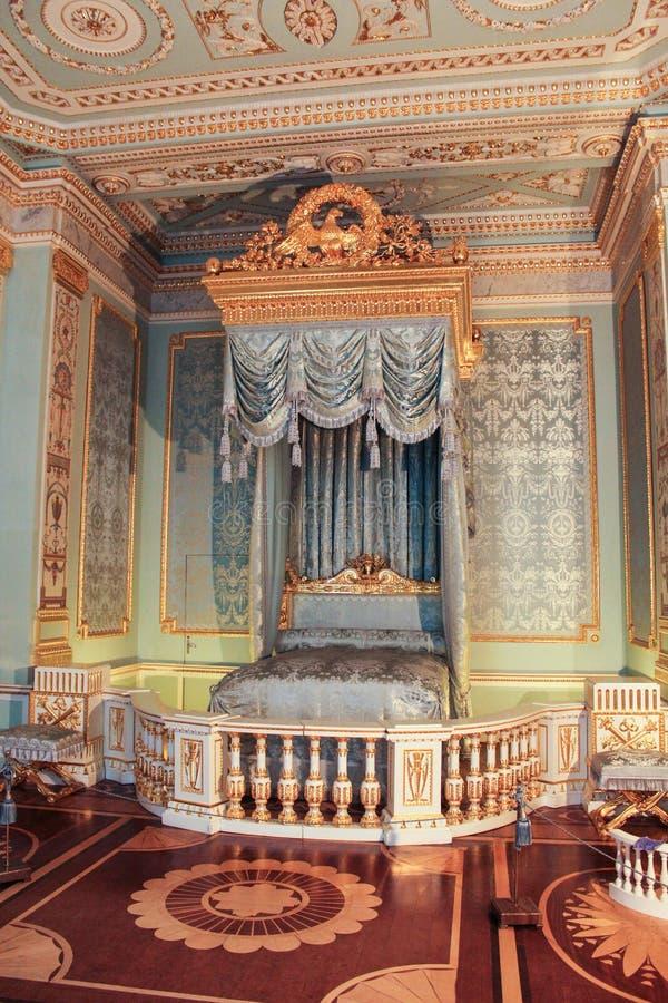Guld med den inre Gatchina för blått sovrum slotten royaltyfria foton