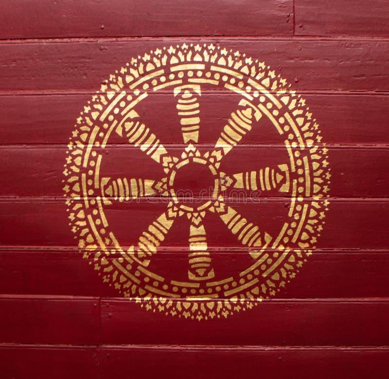 Guld- medaljong på den rödaktiga wood plattan royaltyfri fotografi