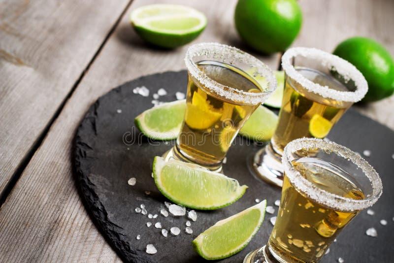 Guld- mexikanskt tequilaskott arkivbilder