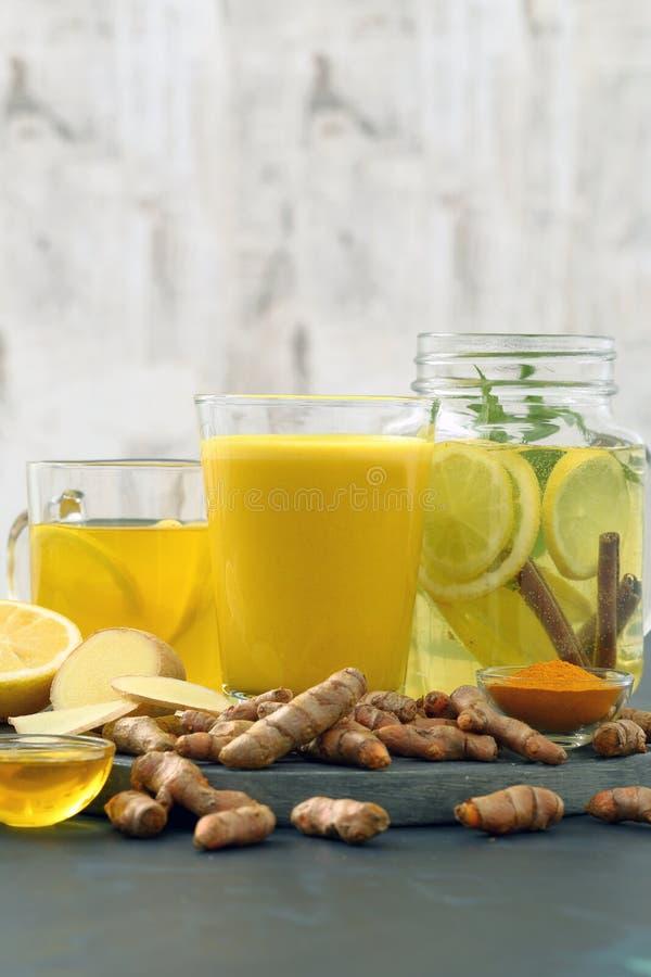 Guld- mjölka citronen och ingefäran för detoxvattengurkmeja royaltyfri foto