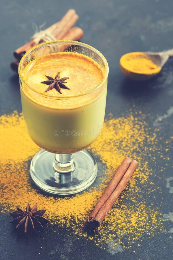 Guld- mjölka, en traditionell indisk drink med gurkmejapulver Värmedrink mot förkylningar och influensa Antioxidantdrink med kryd arkivfoton
