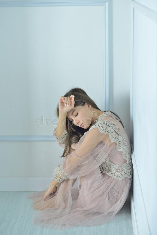 guld- modell för klänningmode arkivbilder