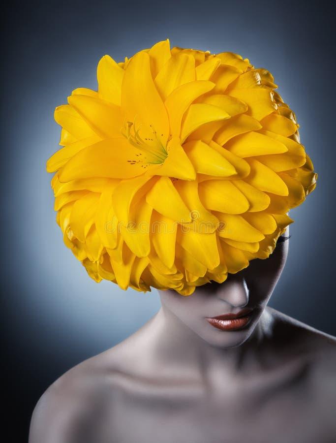 guld- modell för klänningmode arkivfoto