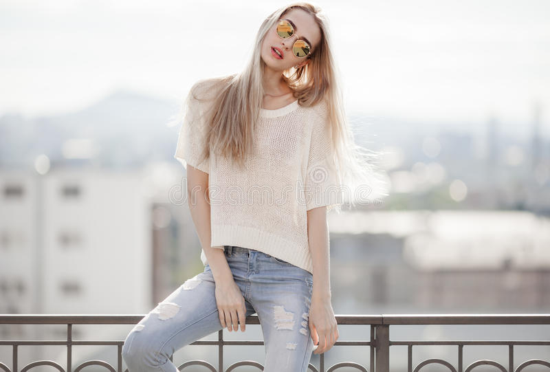 guld- modell för klänningmode Sommarblick Jeans tröja, solglasögon royaltyfria bilder