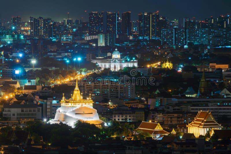 Guld- montering och Ananta Samakhom biskopsstol Hall på natten i Bangkok royaltyfri foto