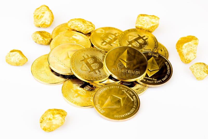 Guld- mynt för Bitcoin mynt, bunt av cryptocurrenciesbitcoinisola royaltyfria bilder