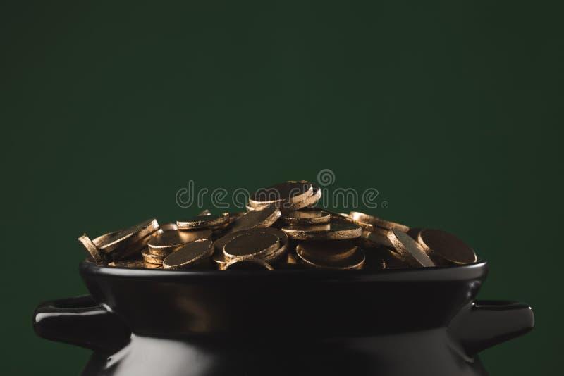 Guld- mynt i krukan, begrepp för st-patricksdag royaltyfria bilder