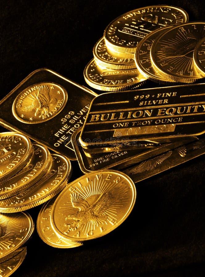 Guld- mynt och stänger för rikedom royaltyfria bilder