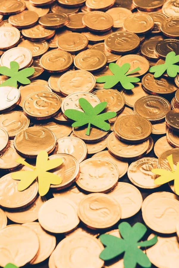 guld- mynt och treklöver, st-patricks royaltyfri foto
