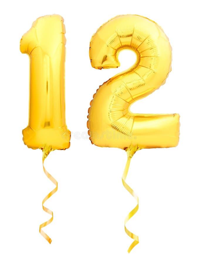 Guld- nummer 12 tolv gjorde av den uppblåsbara ballongen med det guld- bandet på vit royaltyfri foto