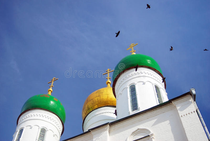Guld- och gröna kupoler för gammal ortodox kyrka. arkivfoton