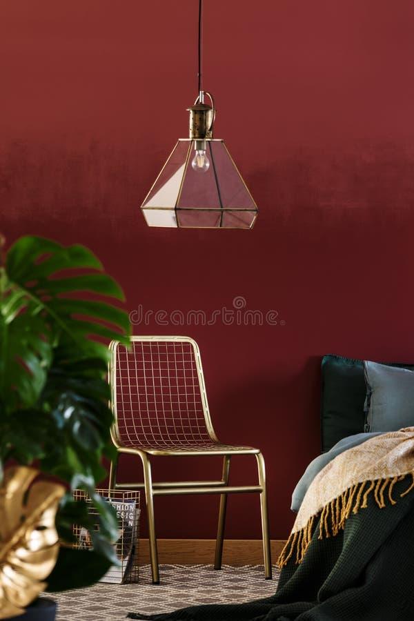 Guld- och rött lyxigt sovrum fotografering för bildbyråer