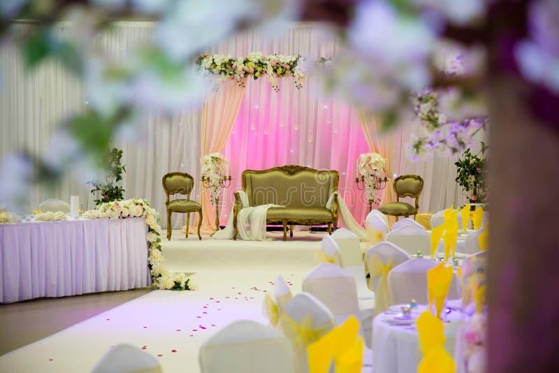 Guld och rosa themed bröllopgarnering royaltyfria foton
