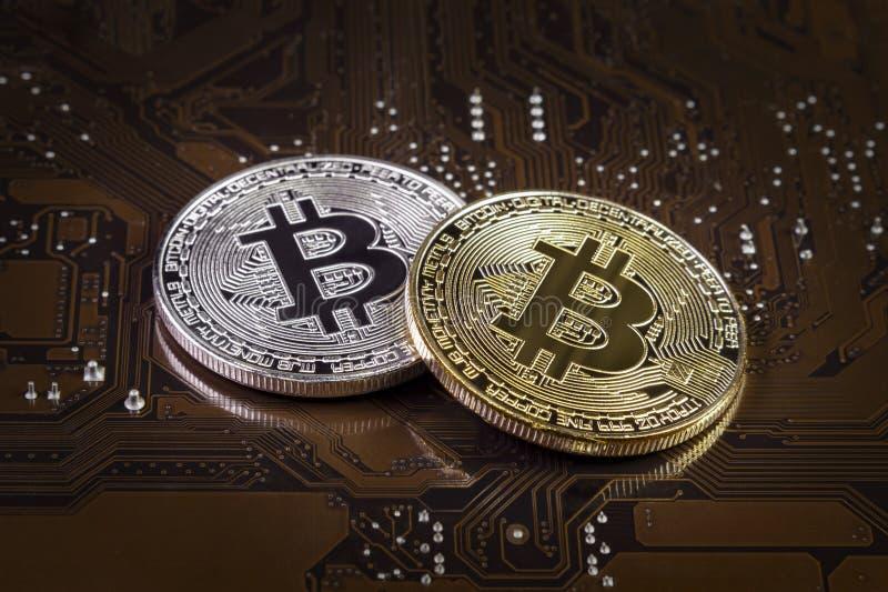 Guld- och silver Bitcoin på bräde för elektronisk strömkrets för dator av videokortet Cryptocurrency bakgrund fotografering för bildbyråer