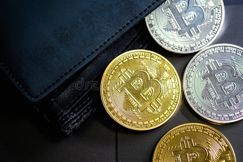 Guld- och silverbitcoins piskar in plånboken Bitcoin i handväska Vinst fr?n att bryta crypto valutor royaltyfria foton