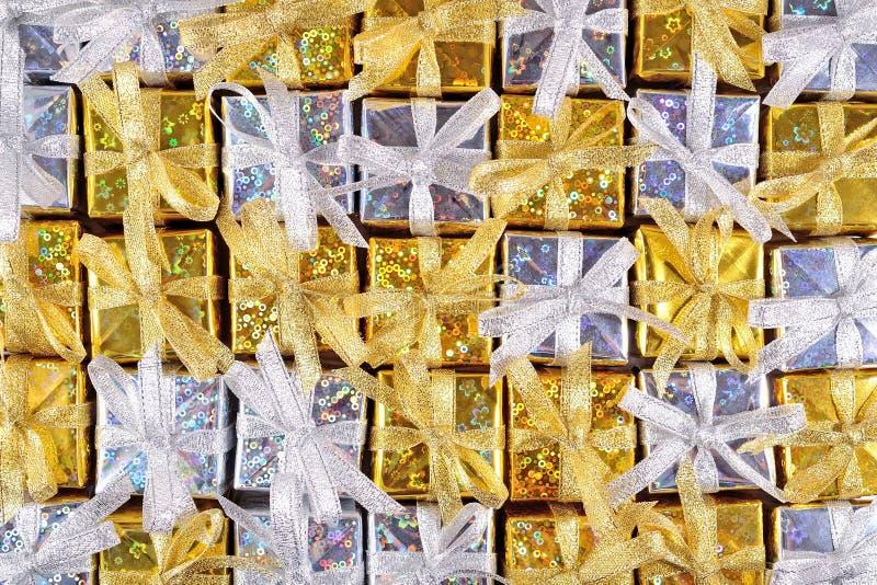 Guld- och silvergåvor som bakgrund royaltyfria bilder
