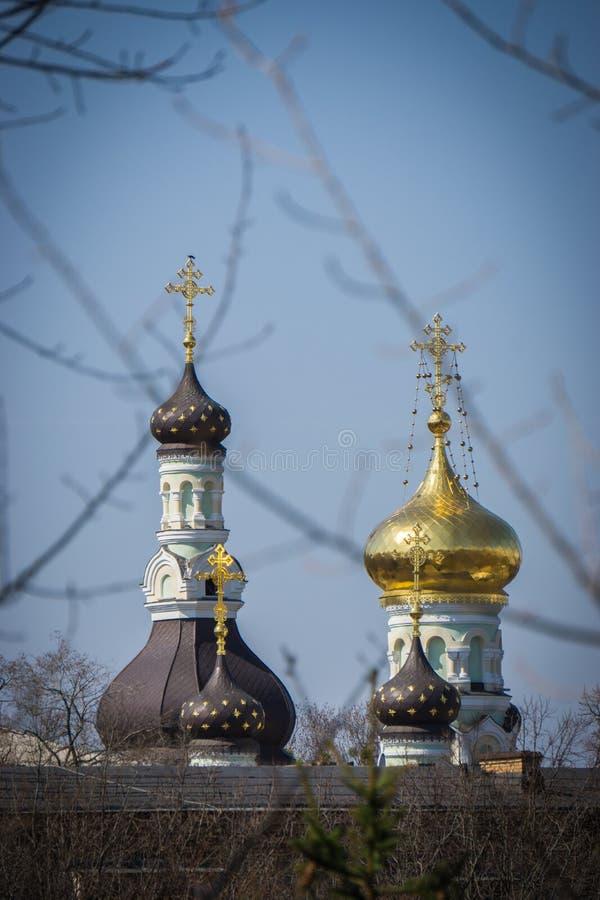 Guld- och svartkupoler av den forntida kyrkan fotografering för bildbyråer