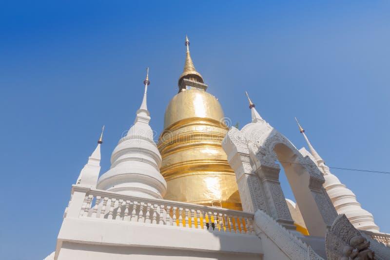 Guld- och vit pagod på templet för watSuan dok, Chiang Mai, Thaila royaltyfri foto